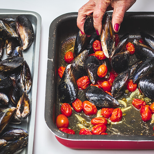 Add raw mussels to pre-baked tomato, etc.