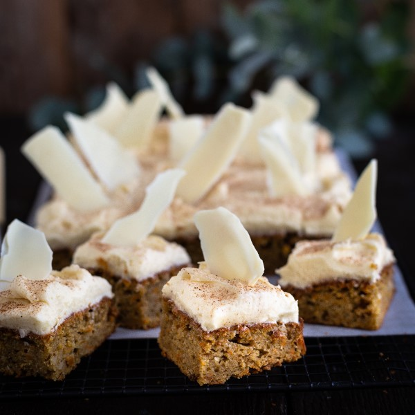 Carrot_Cake_with_Ginger_and_White_Chocolate_Shards